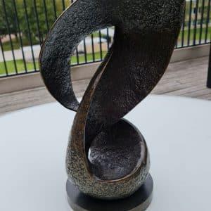 Abstract bronzen beeld