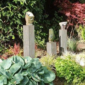 Abstracte tuinbeelden op sokkel