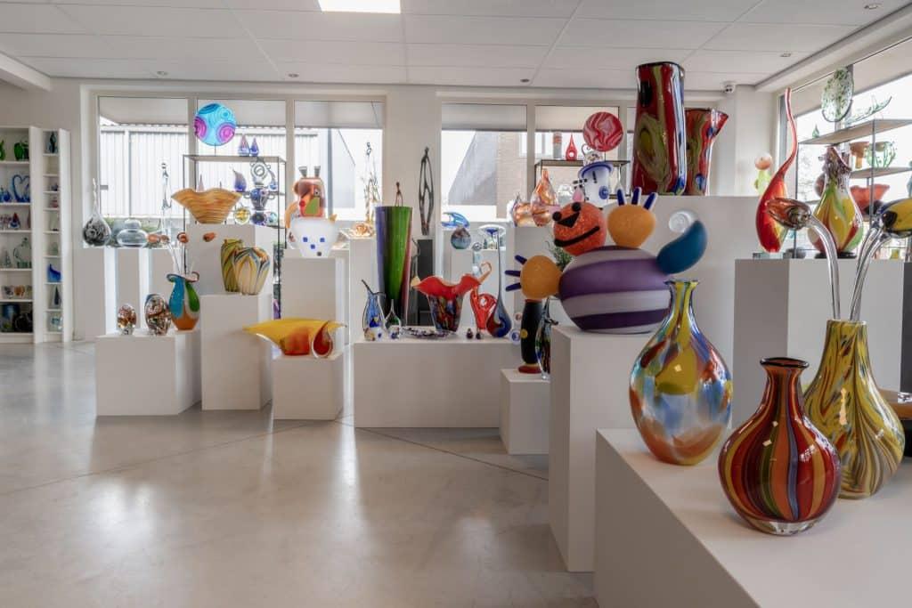 Ausstellungsraum mit farbliche Glasskulpturen