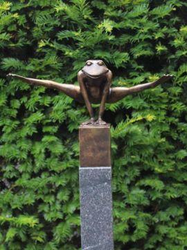 Froschsprung Bronze auf einem Block 7