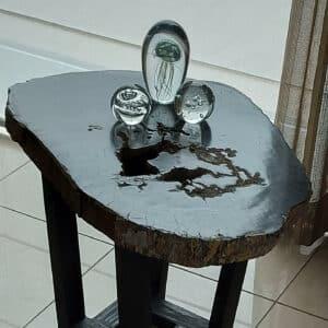 Versteend tafeltje met diverse glassculpturen
